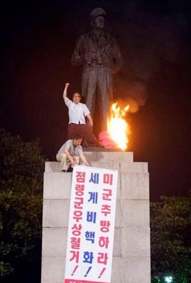 、マッカーサー銅像に放火
