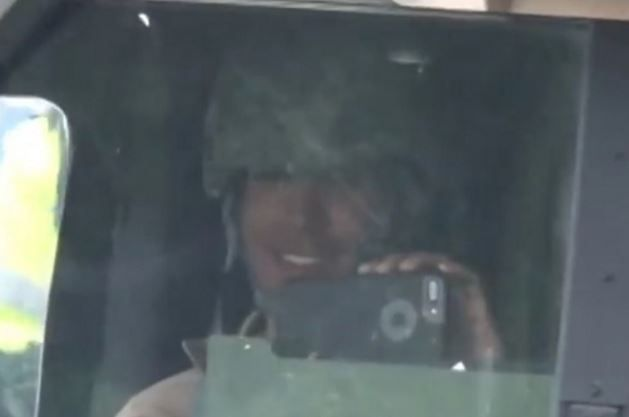 笑いながら撮影した米兵