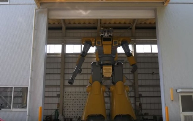 【動画あり】海外「日本が体長8.6メートルの巨大ロボットを製作!歩いたり銃撃が可能!」 海外の反応