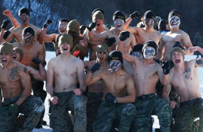 裸で訓練をする韓国軍