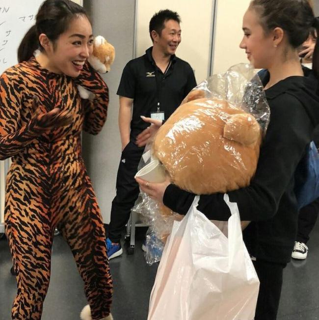 ロシア人「日本人ザギトワファンが、ザギトワ選手と同じトラ柄の全身タイツを着てザギトワ選手と対面!」 海外の反応