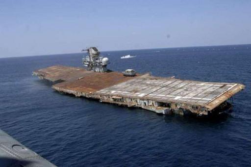 爆沈処理される米エセックス級航...