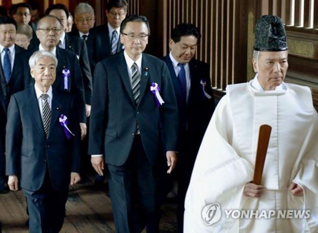 日本の議員が集団靖国参拝