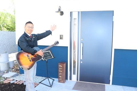 音楽創庫さんの前で波多野さん