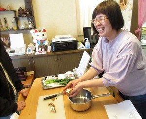 Yayoisan showing how to cut Shiitakes