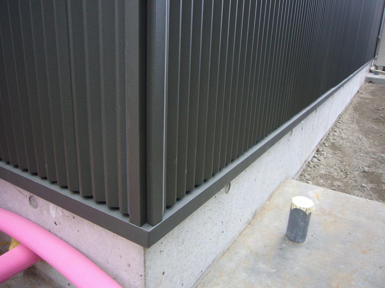 コーナー部材の形状が工夫されていて「段落ち」加工がされているためスッキリとみえますね。 土台水切りも細めに加工されています。