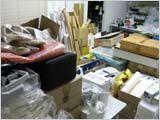 地震で曲がった棚と荷物