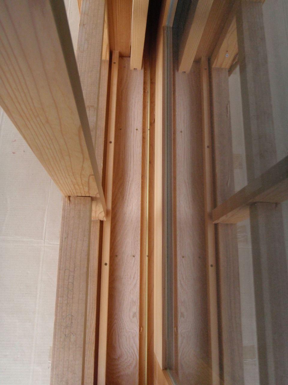 雨戸用の戸袋の中の硬木 : 仙里草の板倉の家
