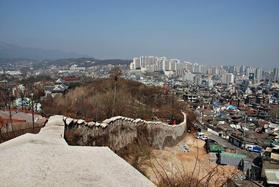 ナクサン公園の城郭 右側は旧ソウルの外側、左側が旧ソウルつまり大学路側