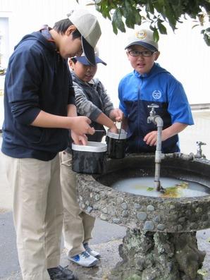 100 駅の水場で先輩が米とぎを教えるよ