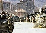三洲人住宅街の警備にあたる防衛任務軍兵士