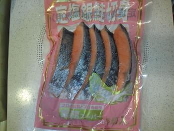 業務スーパー 冷凍銀シャケ1枚80円 冷凍タラ1枚37円を食す。