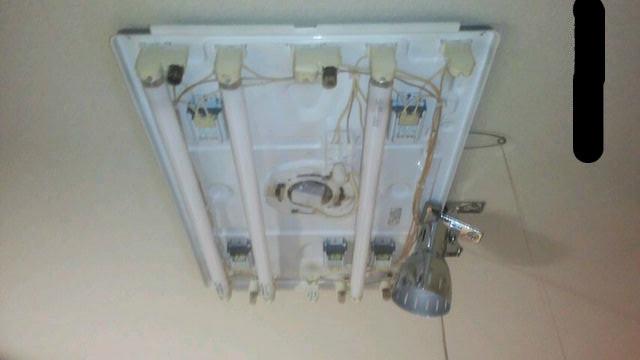部屋の照明を蛍光灯(108w)からクリップライト(6w)に交換