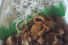 豚焼肉弁当(唐辛子マヨネーズ)でマヨネーズをかける前