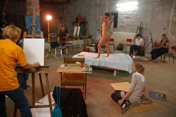xnews2_Woman Posing Nude For An Art Class 12
