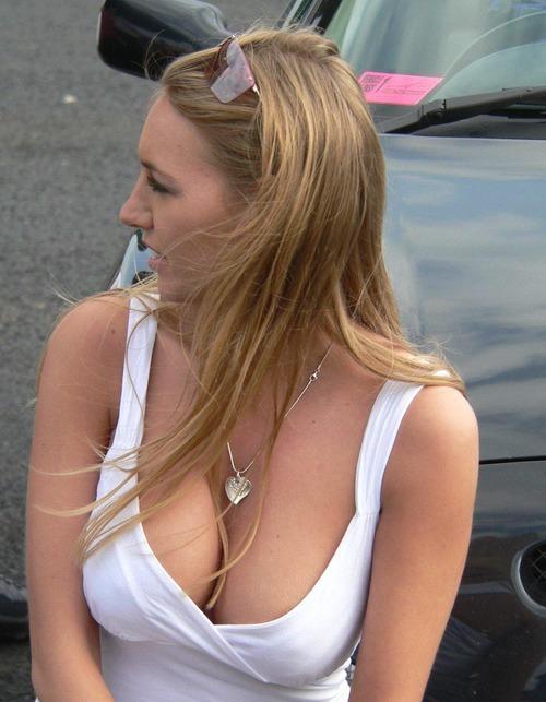美女限定胸チラベスト (1)