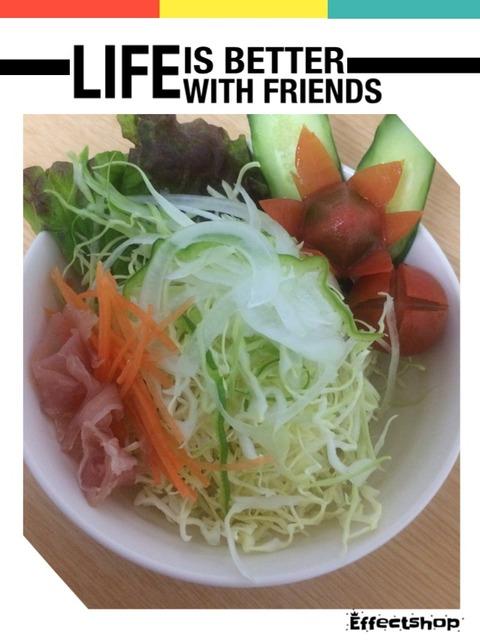 サラダを食す