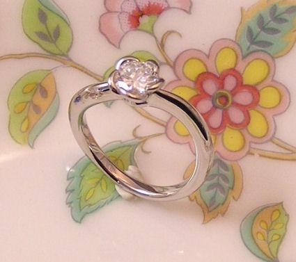 花びらの婚約指輪