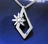 ガーベラと雪の結晶ネックレス