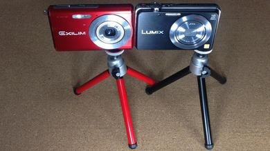 デジタルカメラ用三脚_100円均一_黒と赤_カメラ取り付け