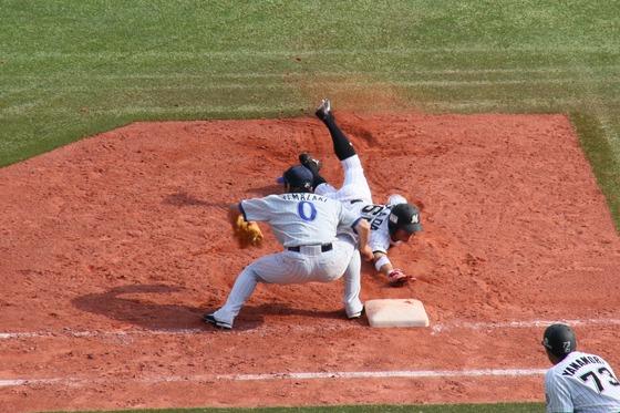 牽制球に帰塁する岡田幸文外野手