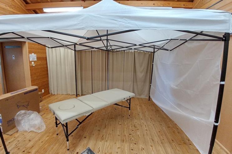 医療用テントとマッサージベッド