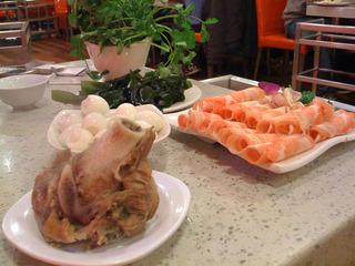 中国・上海のコラーゲンたっぷり骨付き豚の火鍋「湯是霊骨頭砂鍋」 @水城路