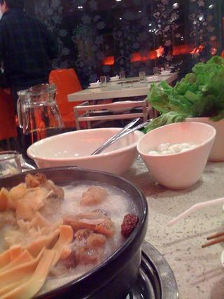 中国・上海のコラーゲンたっぷりグルメ骨付き豚の火鍋「湯是霊骨頭砂鍋」 @水城路