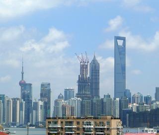上海浦東新区の高層ビル群、建設中