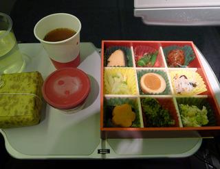 東京成田空港発、上海・浦東空港行きの日本航空「JL879」便