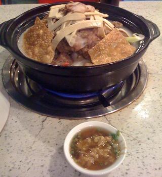中国・上海のコラーゲンたっぷり骨付き豚の火鍋「湯是霊骨頭砂鍋」 @水城路タンスーリン