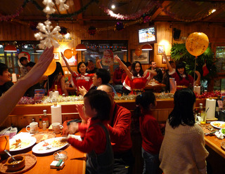 中国・上海 本格的なアメリカンハンバーガーが食べれるお色気グルメレストランHooters(フーターズ) @虹橋店 のクリスマスパーティ