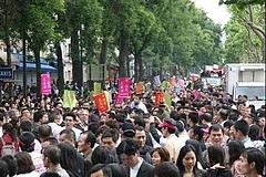 パリの中国人華僑デモ