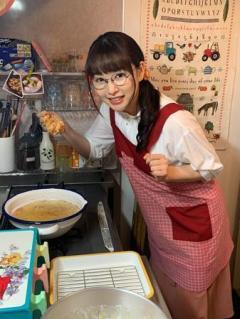 桜井日奈子、からあげ大好きな咲子のエプロン姿初公開!