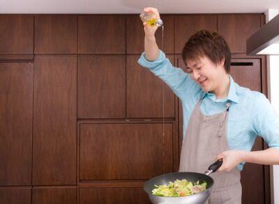 男の料理の特徴「油ドバドバ、調味料ドバドバ」「常に強火」「洗い物はしない」 あとひとつは?