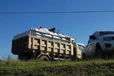 コーヒー豆が入った袋を乗せたトラック