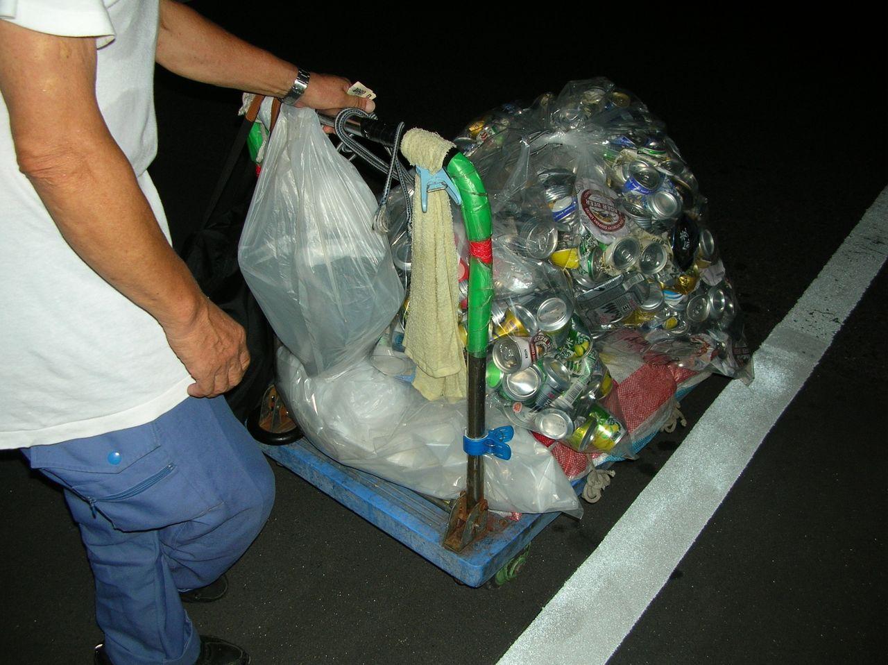 山谷路上での空き缶集め