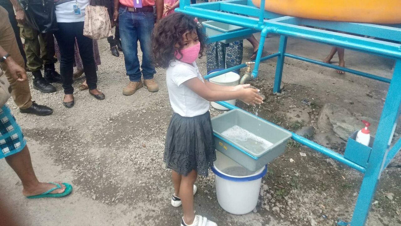 マスクを付けて、手洗いをするディリの子ども