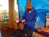 村の美容院で、おしゃべりしながら髪のセット