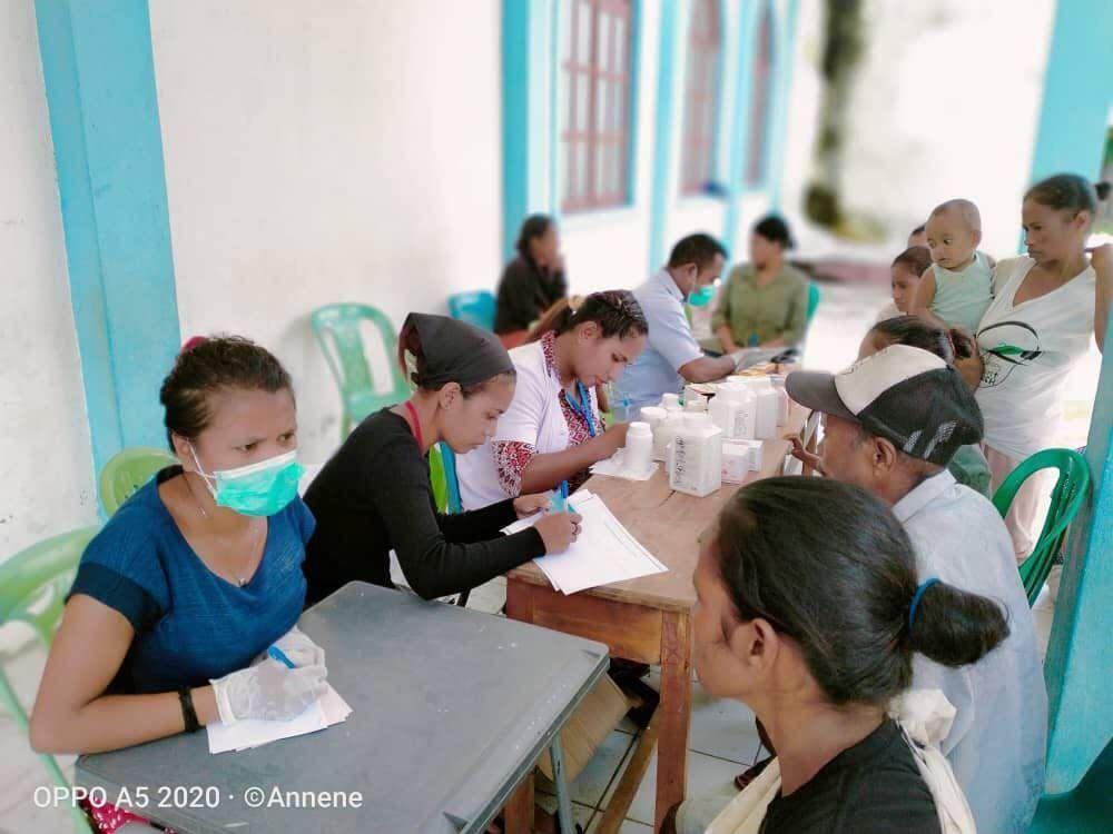 仮設診療所を手伝うシェア看護師スタッフ(左から2番目)