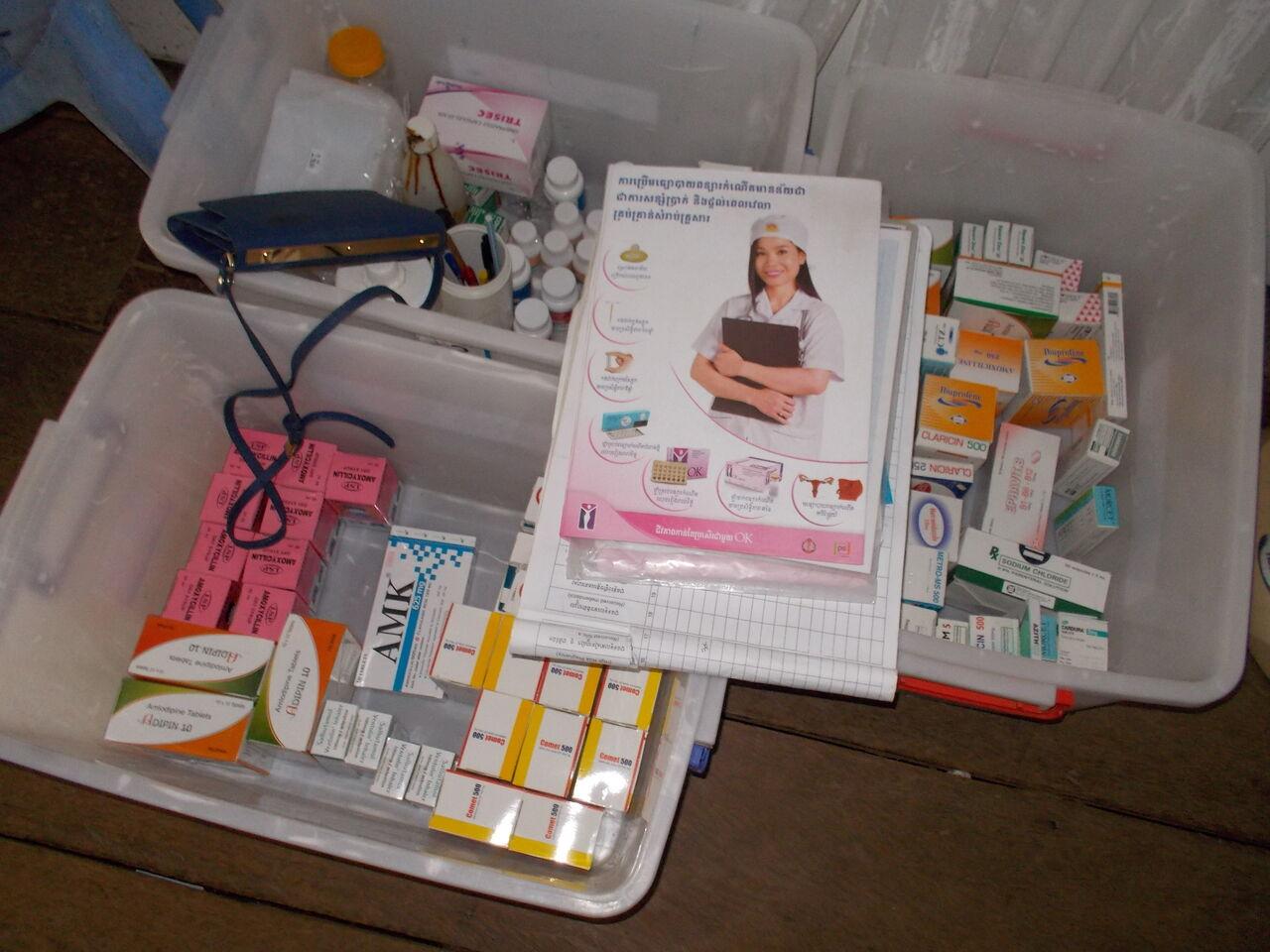 写真5 避妊薬と処方記録帳