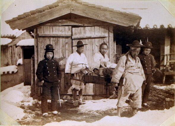 写真3.チョンボンジュン 捕縛後の写真(中央)1895