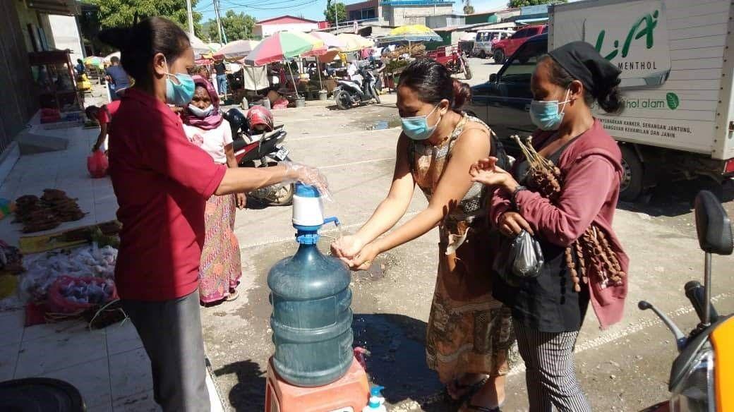 手洗いをするディリの住民