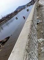 大川の水で洗い物をされる住民の方