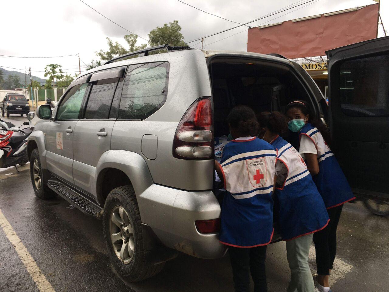 保健局による蚊帳の配布を手伝うシェア車両