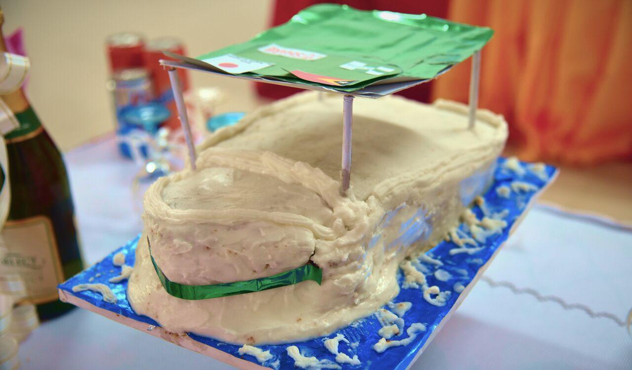 住民による手作りケーキは船の形でとてもかわいい