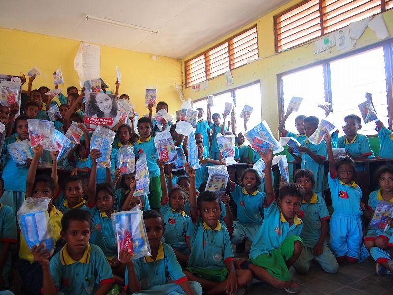 歯ブラシと歯磨き粉のセットを受け取ったマヌレウ小学校の児童達