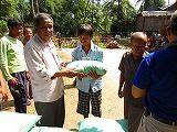 s-支援物資を受け取る村人