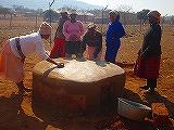 パン焼きがまを作るドロップインセンターのボランティアの皆さん
