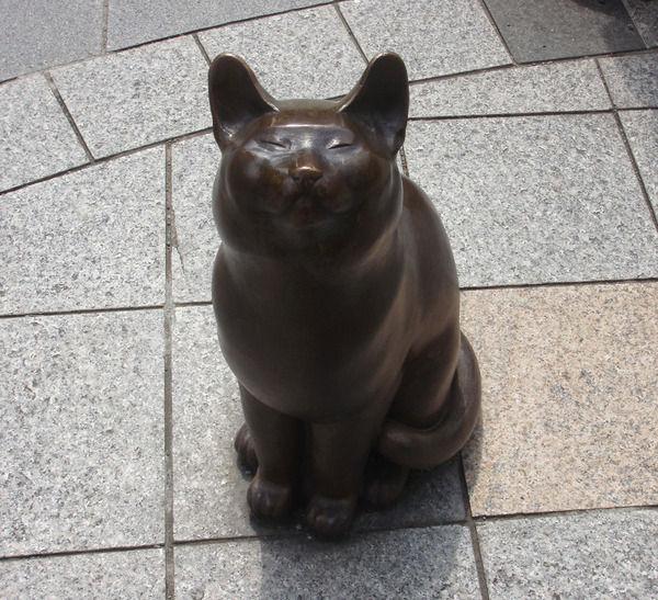 リアルすぎるブロンズ像の猫!この猫が見上げているものは...?